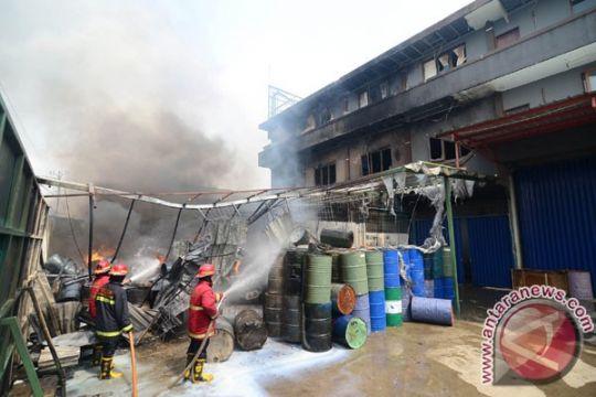 Sebuah gudang aneka plastik terbakar
