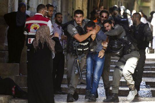 Bentrokan di dekat Jerusalem membuat banyak orang sesak nafas