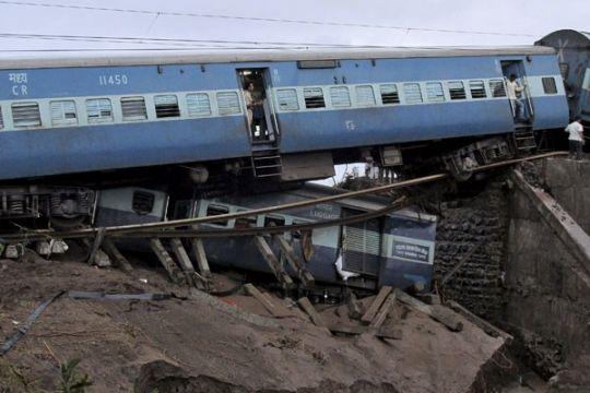 Ratusan orang dikhawatirkan tewas dalam kecelakaan kereta di India
