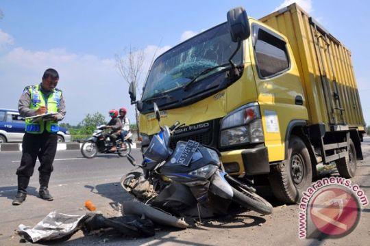 Suami-istri tewas terlindas truk di Suramadu