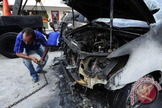Kebakaran bengkel hanguskan belasan mobil