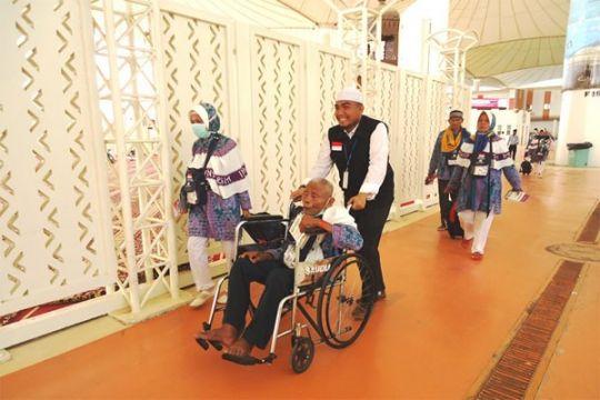 Laporan dari Mekkah - Jamaah haji sewa kursi roda untuk jumrah di Mina