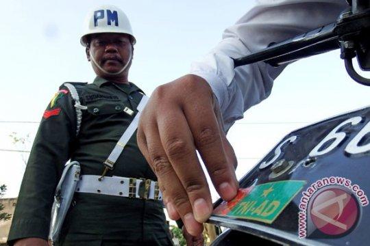Petugas sita atribut TNI dari warga sipil