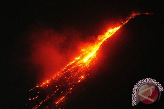Gunung Karangetang masih luncurkan lava