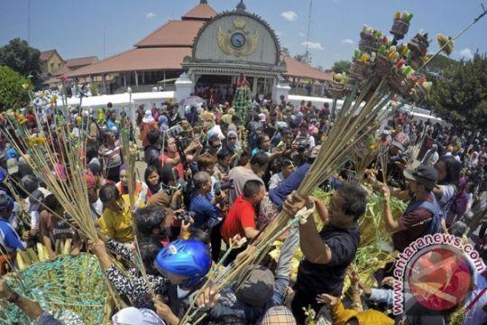 Ratusan warga berebut gunungan Grebeg Besar keraton