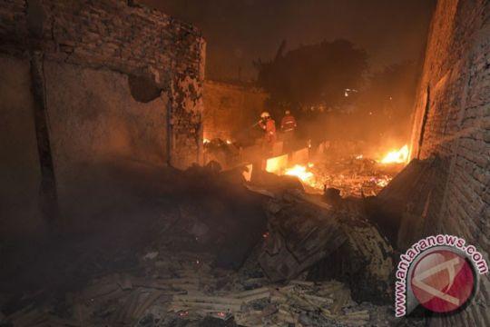 Pemukiman padat di Jembatan Besi dilalap api