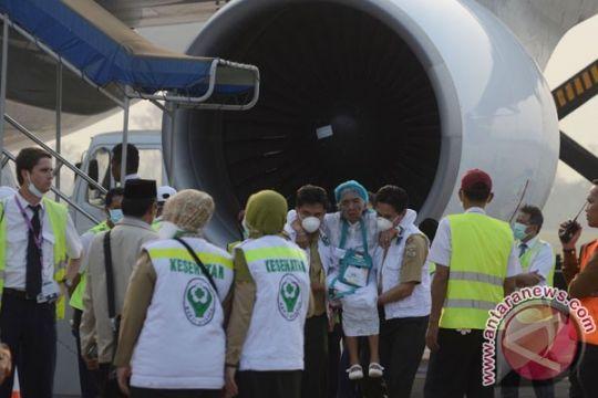 Jemaah haji sujud syukur tiba di Tanah Air