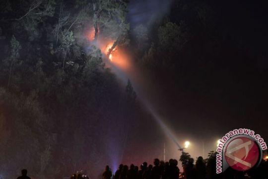Petugas gabungan padamkan kebakaran hutan di Ponorogo