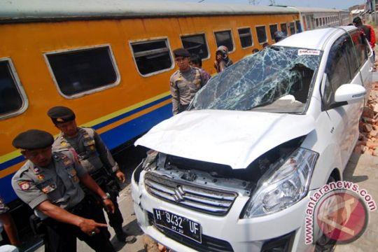 Mobil penumpang ringsek diseruduk kereta api