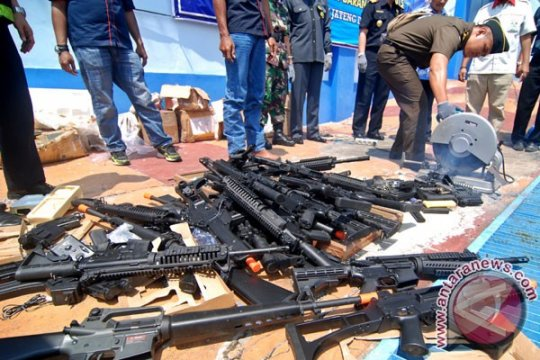 Polisi selidiki paket senjata api dari luar negeri