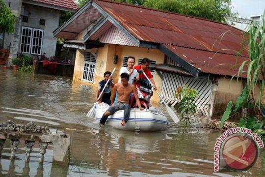 Santri di Sampang terseret arus banjir