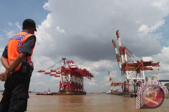 Tim evakuasi-relawan siaga menanti korban kapal terbakar di Banjarmasin