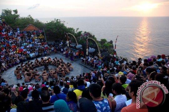 Tiap hari 15.000 wisatawan kunjungi Pura Uluwatu