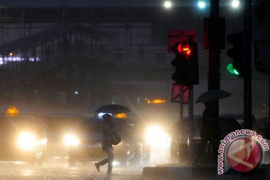BMKG perpanjang peringatan dini hujan disertai petir di Manado