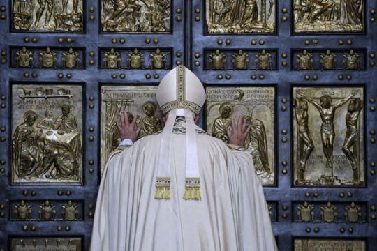Paus bela uskup Chile yang dituduh tutupi pelecehan seksual