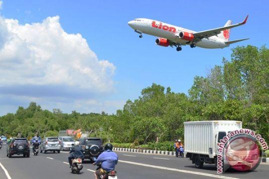 Satpol PP tertibkan papan reklame tinggi dekat Bandara Ngurah Rai Kuta