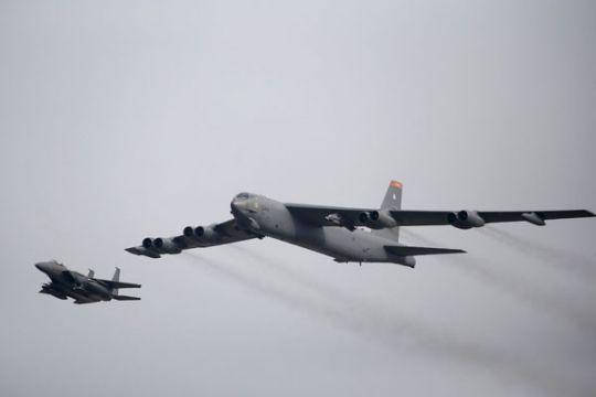 Tunjukkan solidaritas, pesawat pembom AS terbang di atas negara Baltik