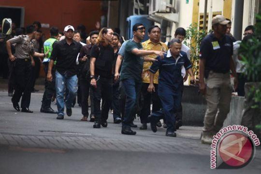 BOM JAKARTA - Turis Jalan Jaksa tetap santai karena warga Jakarta tenang