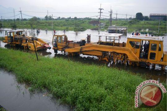 PT KAI tinggikan rel Porong, namun banjir masih 30cm di atas rel
