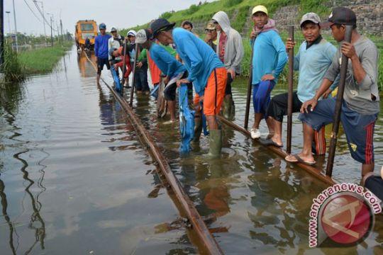 Penumpang kereta api turun 30 persen sejak banjir Porong