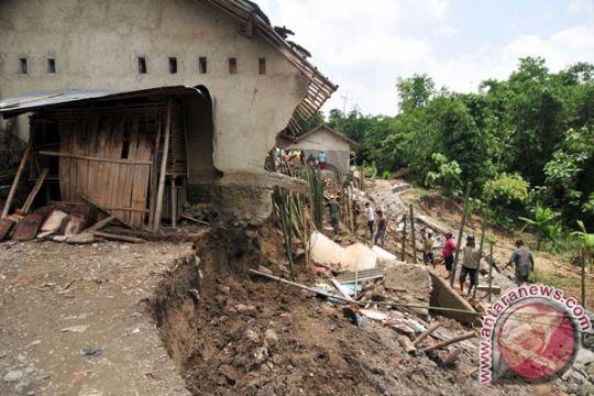 Rumah TKW di Sukabumi diterjang longsor