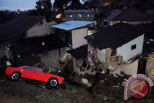 24 rumah rusak akibat tanah retak