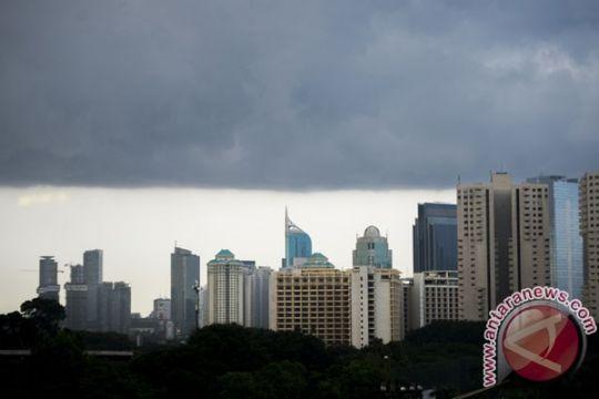 Potensi hujan kilat petir di Jakarta Minggu siang-malam