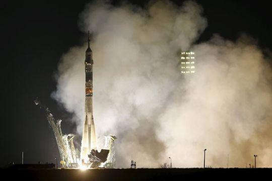 Seorang astronot AS dan dua kosmonot Rusia menuju luar angkasa