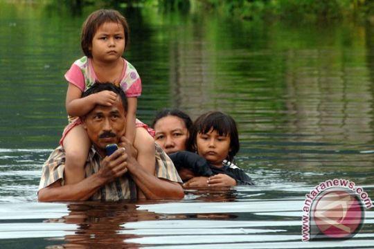Korban banjir Padang sahur di tempat evakuasi