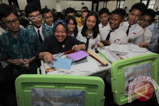 Pelajar Surabaya titip surat ke Risma untuk Presiden Jokowi