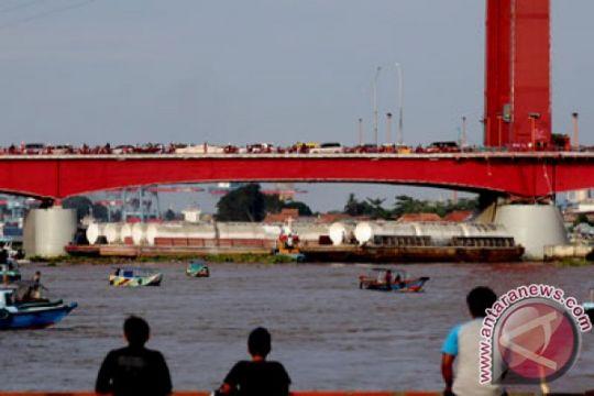 Pelat lantai Jembatan Ampera retak