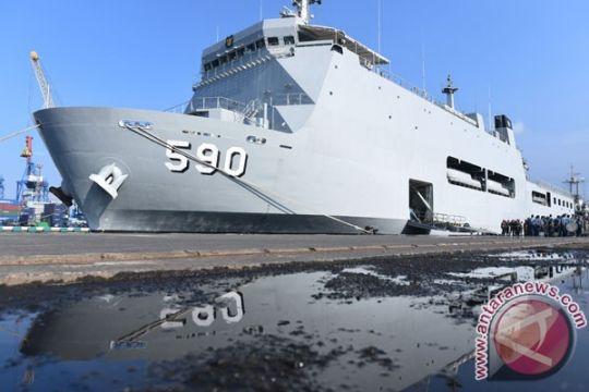 18 Atase Pertahanan negara sahabat kunjungi KRI Makassar-590
