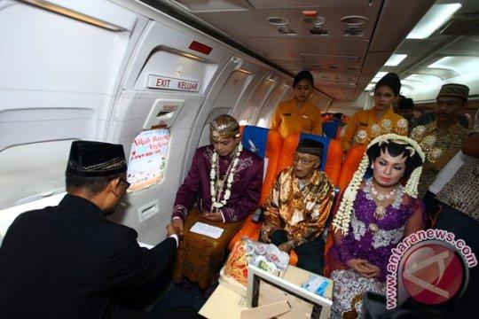 21 pasang pengantin nikah bareng dalam pesawat