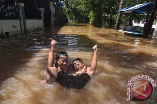 Anak ditemukan tewas saat banjir Surabaya Barat