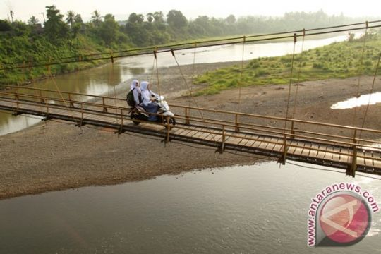 Berita kemarin, pembangunan jembatan gantung hingga wartawan ANTARA alami kekerasan