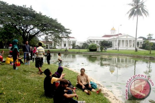 """Ribuan warga """"memeluk"""" Kebun Raya Bogor"""