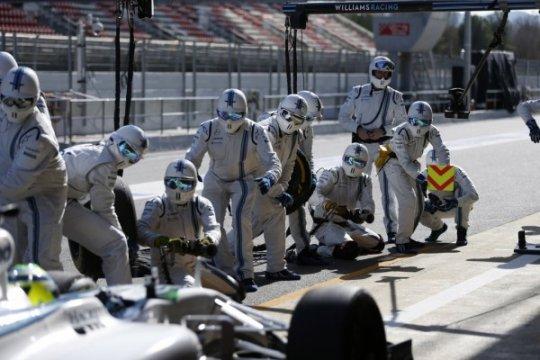 Hubungan kecepatan ganti ban balap F1 dengan persalinan