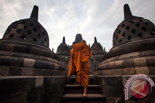 Umat Buddha upacara Siripada di Sungai Progo