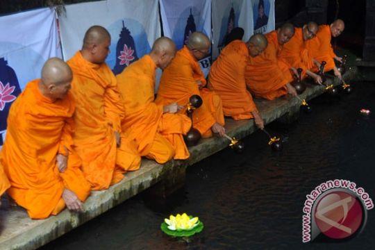 Umat Buddha lakukan pengambilan air berkah Waisak
