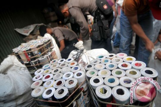 Polisi razia pedagang petasan di Padang