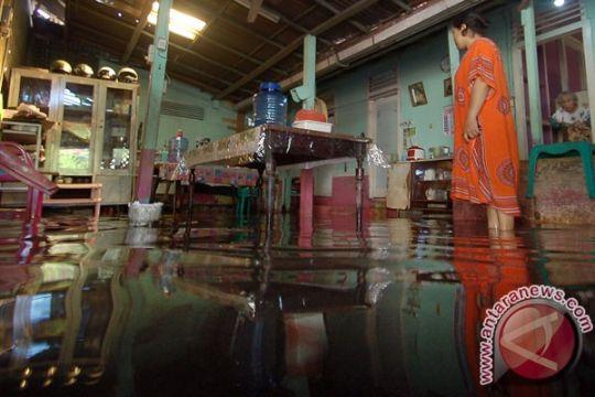 Perahu karet lima BPBD bertahan di Padang