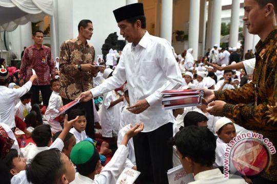 Presiden bagikan paket sembako Lebaran di Bogor
