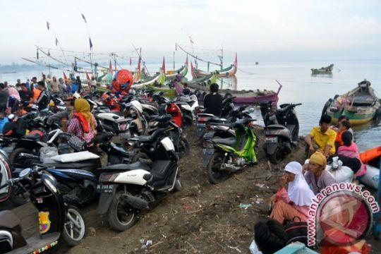 Pemudik berebut tiket di pelabuhan feri Situbondo