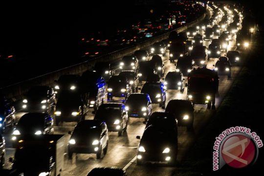 Lalu lintas tol Jakarta-Cikampek ruas Karawang padat merayap