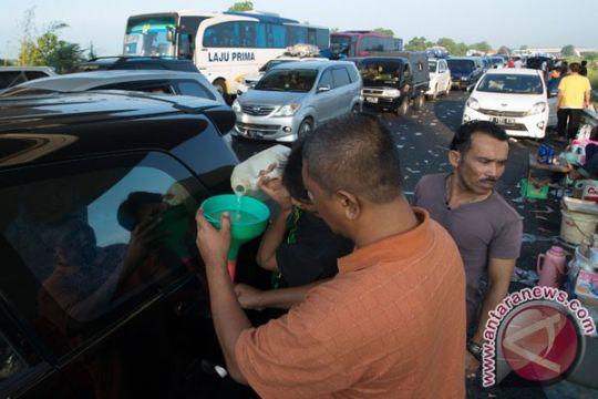 Polres Tegal bagikan BBM untuk kendaraan mogok