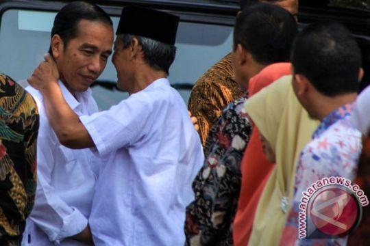 """Presiden Jokowi sempatkan """"nyekar"""" ke makam kakeknya"""