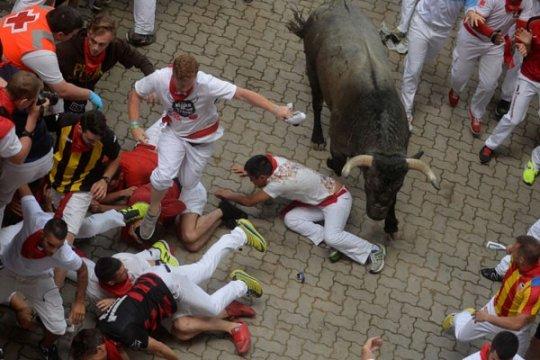 Seorang pria ditanduk saat balap lari dengan banteng di Pamplona