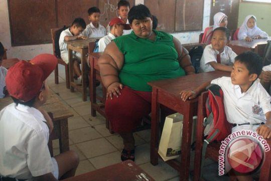 Arya bocah obesitas ekstrem mulai masuk sekolah