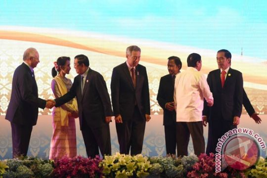 Presiden Jokowi berbincang dengan Duterte setelah retreat