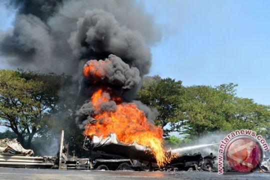 Supir truk BBM: Api dari belakang tangki